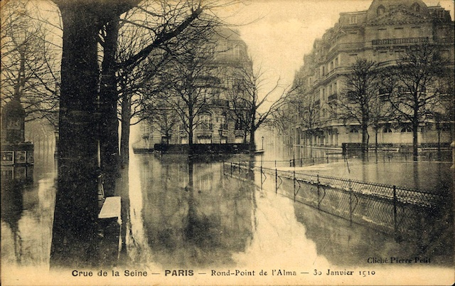 Sepia image showing the streets around the Rond Point de L'Alma flooded.